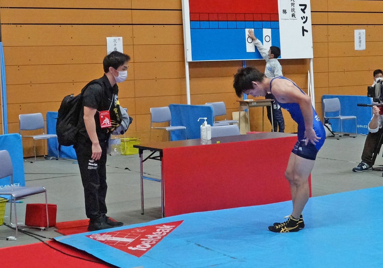 A wrestler bows to his opponent's corner after his match instead of shaking hands. (Japan Wrestling Federation photo)