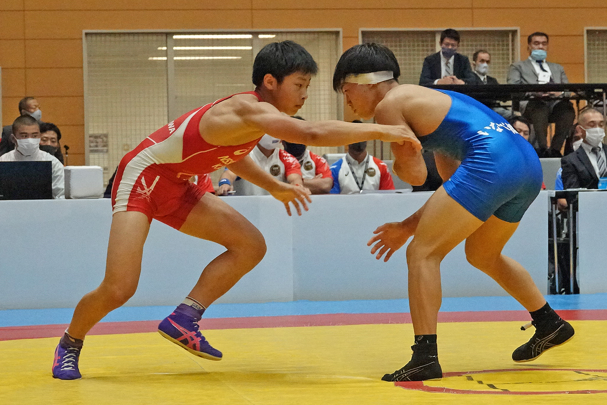 Kaisei TANABE (NSSU Kashiwa), the son of an Olympic medalist, had to settle for the silver after a loss in the 55kg final to Kento YUMIYA (Inabe Sogo Gakuen).  (Japan Wrestling Federation photo)